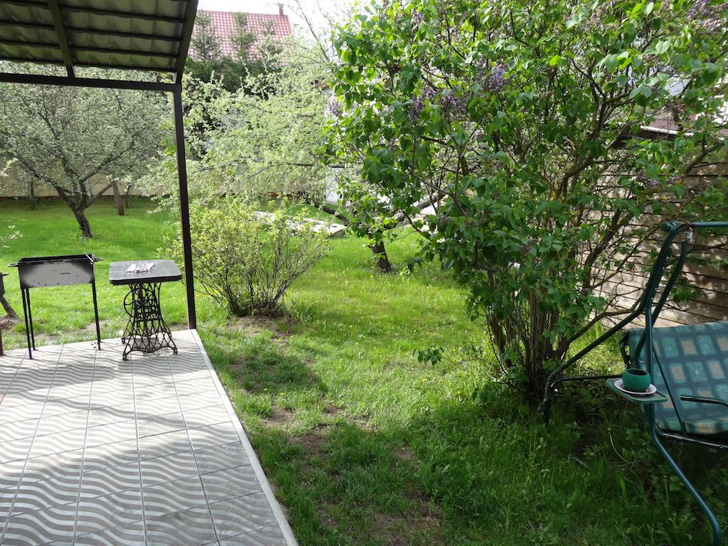 Коттедж расположен в саду